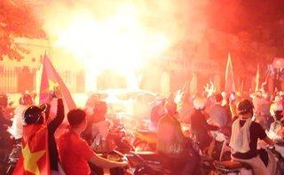 Bóng đá Việt Nam - Clip: NHM nhảy múa, đốt pháo sáng mừng chiến thắng của U23 Việt Nam