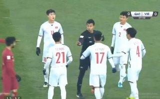 Bóng đá Việt Nam - Chuyên gia ngoại: Đình Trọng may mắn nên không bị truất quyền thi đấu