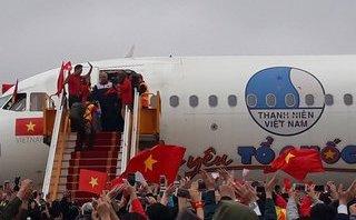 Bóng đá Việt Nam - Clip: Cận cảnh cầu thủ U23 Việt Nam bước xuống máy bay