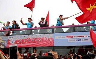 Bóng đá Việt Nam - [Chùm ảnh] Các tuyển thủ giữa vòng vây người hâm mộ