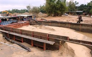Điểm nóng - Quảng Nam: Bắt 6 tàu sắt hút cát trộm trên sông Thu Bồn