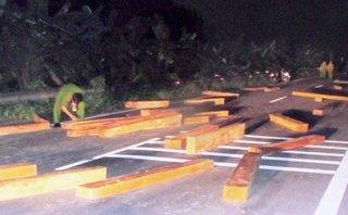 An ninh - Hình sự - Nhóm chở gỗ lậu tông xe vào cảnh sát truy đuổi