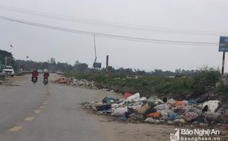 Điểm nóng - Rác thải ngập tràn đường ven sông Lam