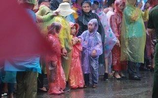 [Chùm ảnh]: Người dân đội mưa dâng hương ngày Giỗ Tổ Hùng Vương