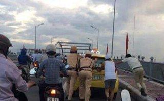Chính trị - Xã hội - Hải Phòng: CSGT đẩy xe taxi bị chết máy giúp tài xế