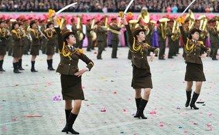 Tiêu điểm - Quét tin thế giới ngày 8/2: Nữ binh sĩ Triều Tiên múa kiếm trong cuộc duyệt binh trước thềm Olympic