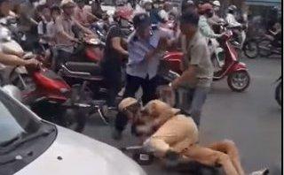 An ninh - Hình sự - Hà Nội: Tại sao CSGT quật ngã tài xế taxi trước cổng bệnh viện Bạch Mai?