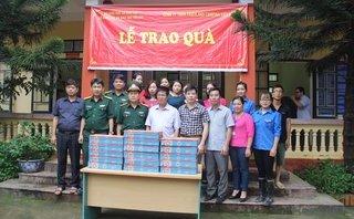 Cần biết - Trao tặng 30 tấn sữa cho các trường học trong vùng mưa lũ