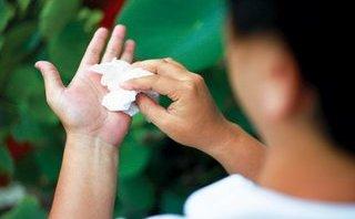 Truyền thông - Mẹo dân gian tuyệt hay để loại bỏ bệnh mồ hôi tay chân