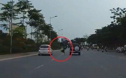Xa lộ - Clip: Bị ô tô tông trúng, nam thanh niên thoát chết đến khó tin