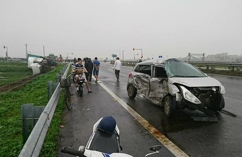 Tin nhanh - Container va chạm ô tô con trên cao tốc, 1 người nhập viện
