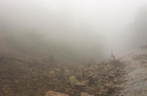 Tin nhanh - Sạt lở QL8A, sương mù dày đặc gây ách tắc giao thông