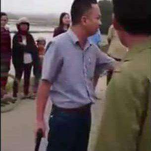 An ninh - Hình sự - Tông bay xe máy, người đàn ông đi ô tô rút súng dọa bắn dân