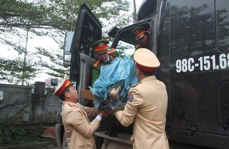 Tin nhanh - Bắt giữ xe chở rau củ vận chuyển pháo và thuốc phiện qua cửa khẩu