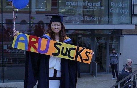 Xi nhan Trái Phải - Đa sắc: Trải thảm đỏ hút nhân tài; kiện đòi bạc tỷ vì tốt nghiệp giỏi vẫn… thất nghiệp
