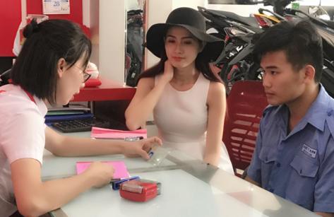 Giải trí - Người đẹp Phan Thị Mơ hỗ trợ sinh viên nghèo đến trường