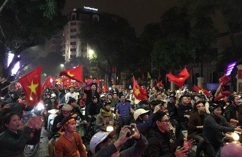Xã hội - Hà Nội đêm không ngủ xuống đường ăn mừng chiến thắng của đội tuyển U23 Việt Nam