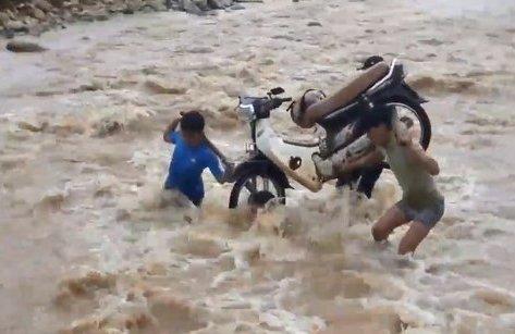 Video - Clip: Nhiều thầy giáo 'liều mình' khiêng xe máy vượt lũ đến trường