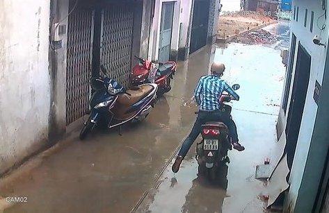 Video - Clip: Trộm thản nhiên bẻ khóa, 'cuỗm' Air Blade trước cửa nhà dân