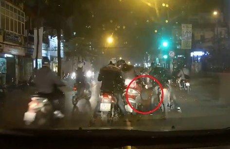 Mới- nóng - Clip: Hai thanh niên dàn cảnh, cướp túi xách giữa phố Hà Nội
