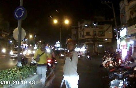 Xa lộ - Clip: Người đàn ông chặn xe ô tô, ăn vạ ngay giữa phố Sài Gòn