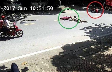 Video - Clip: Xe máy chạy tốc độ cao, 'đốn ngã' 2 người phụ nữ đang qua đường