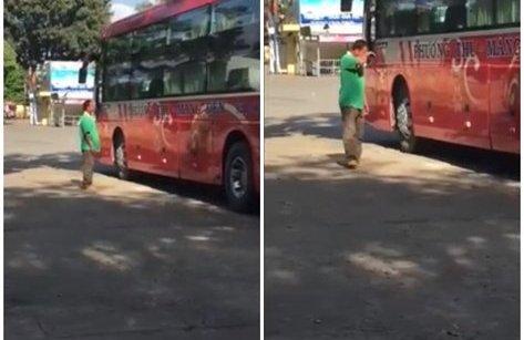 Mới- nóng - Clip: Cha rưng rưng nước mắt tiễn con đi học xa nhà
