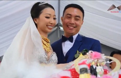 Mới- nóng - Xôn xao clip cô dâu Hậu Giang đeo hơn 1kg vàng trong ngày cưới