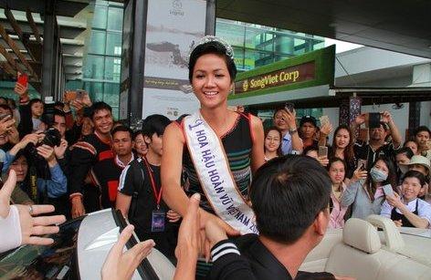 Ngôi sao - Người dân mặc trang phục Ê Đê chào đón tân Hoa hậu Hoàn vũ H'Hen Niê