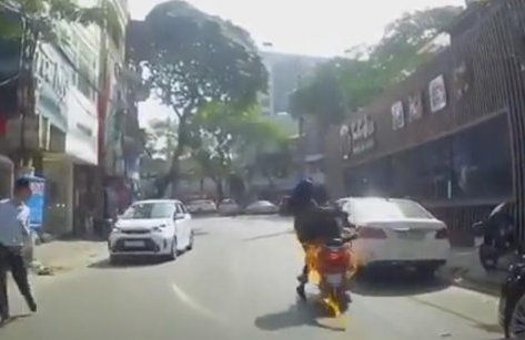 Tin nhanh - Hà Nội: Đang đi, xe Vespa của hai cô gái trẻ bốc cháy dữ dội