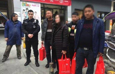 Tiêu dùng & Dư luận - Người phụ nữ xách 5 túi tiền 12 tỷ về Tết, được cảnh sát hộ tống