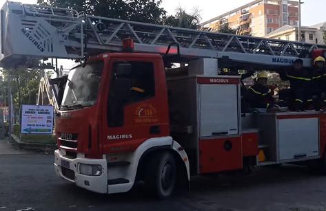 Tin nhanh - Lực lượng cứu hỏa cứu cháu bé mắc kẹt ngoài ban công nhà cao tầng
