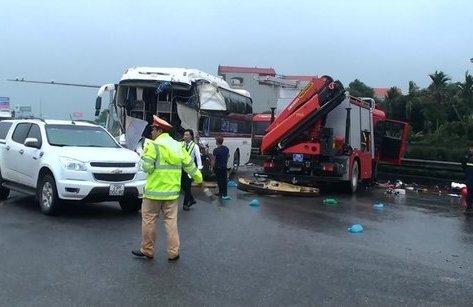 Tin nhanh - Xe cứu hỏa va chạm xe khách, cao tốc Pháp Vân - Cầu Giẽ ùn tắc nghiêm trọng