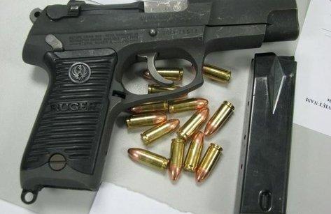 An ninh - Hình sự - Phát hiện hành khách mang súng và 200 viên đạn ở sân bay Nội Bài