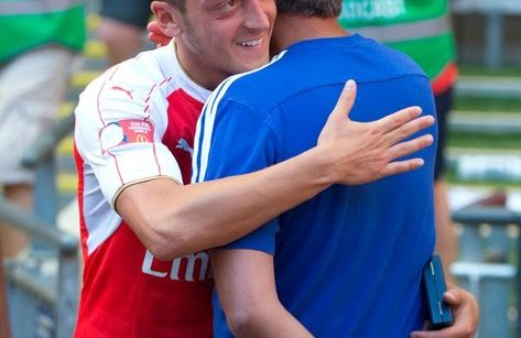 Bóng đá Quốc tế - Ozil tiết lộ với đồng đội: Bỏ Arsenal để gia nhập Man Utd