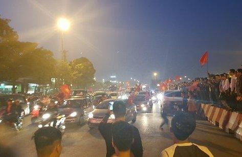 Bóng đá Việt Nam - [Chùm ảnh] NHM đổ ra đường ăn mừng chiến thắng của U23 Việt Nam