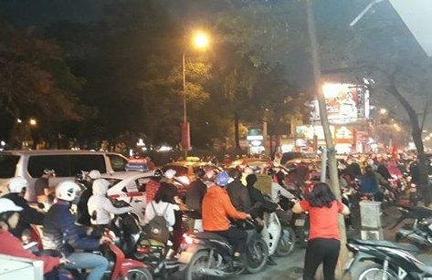 Bóng đá Việt Nam - Clip: Đường Hà Nội kẹt cứng NHM ăn mừng chiến thắng của U23 Việt Nam