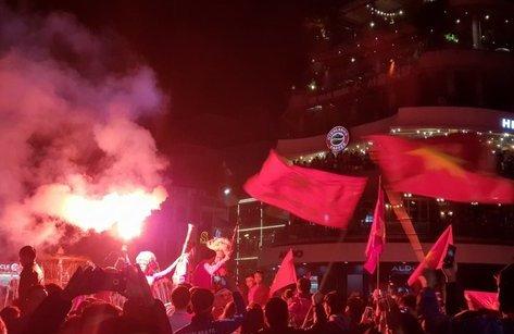 Bóng đá Việt Nam - [Chùm ảnh]: CĐV xuống đường mừng chiến thắng lịch sử của U23 Việt Nam
