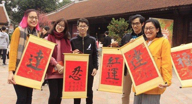 Dân sinh - Đầu năm người dân xếp hàng chờ xin chữ tại Văn Miếu