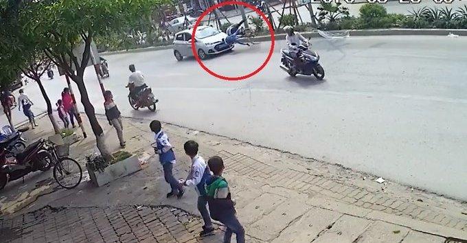 Xa lộ - Clip: Sang đường bất cẩn, 2 ông cháu bị taxi tông văng xuống đường