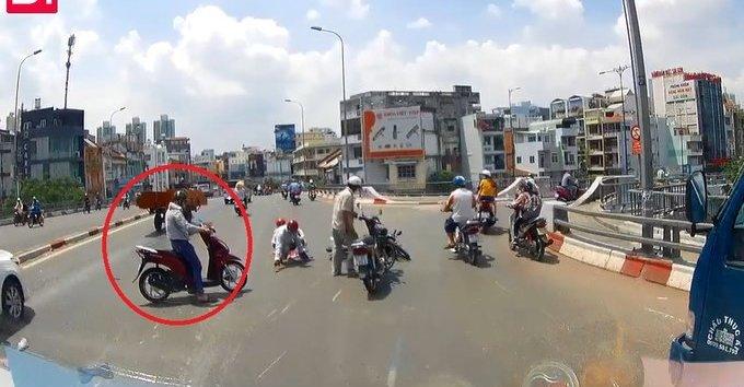 Xa lộ - Clip: Thanh niên chạy lấn làn, gây tai nạn rồi thản nhiên bỏ đi