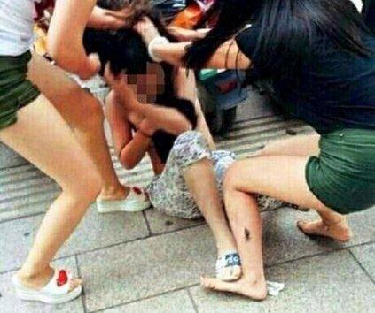 An ninh - Hình sự - Khởi tố nhóm phụ nữ tổ chức đánh ghen thiếu nữ giữa phố