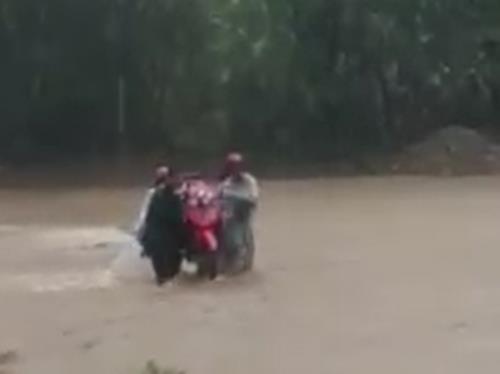 Video - Clip: Nhiều thầy giáo 'liều mình' khiêng xe máy vượt lũ đến trường (Hình 2).