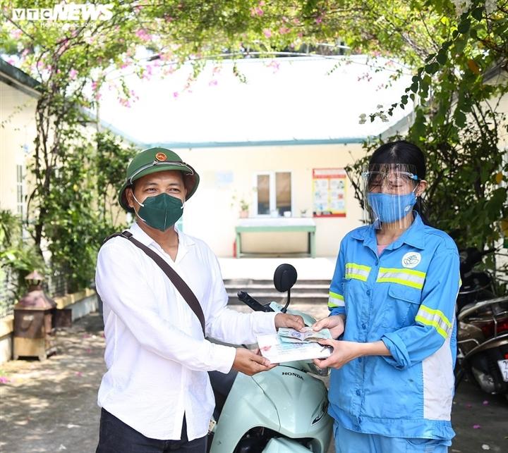 Dân sinh - Nữ lao công bị cướp trong đêm ở Hà Nội nhận 4 xe máy, tặng 2 xe cho đồng nghiệp (Hình 2).