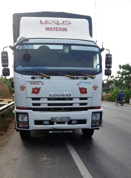 Tin nhanh - Hiện trường vụ bị xe tải tông từ phía sau, 2 vợ chồng tử vong thương tâm (Hình 2).