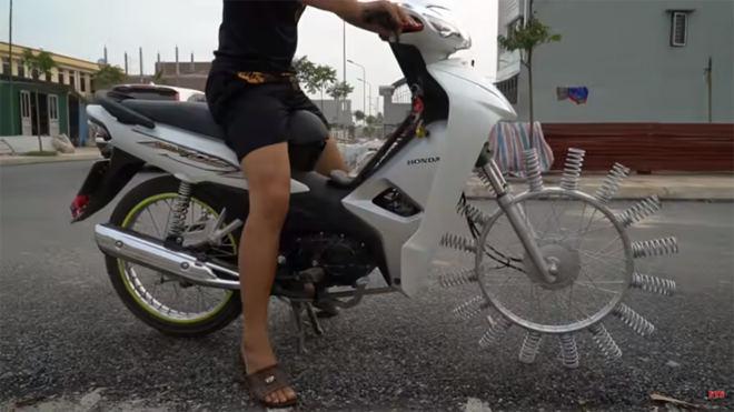 Thú chơi xe - Thanh niên chế bánh xe máy gắn lò xo gây bão mạng (Hình 5).