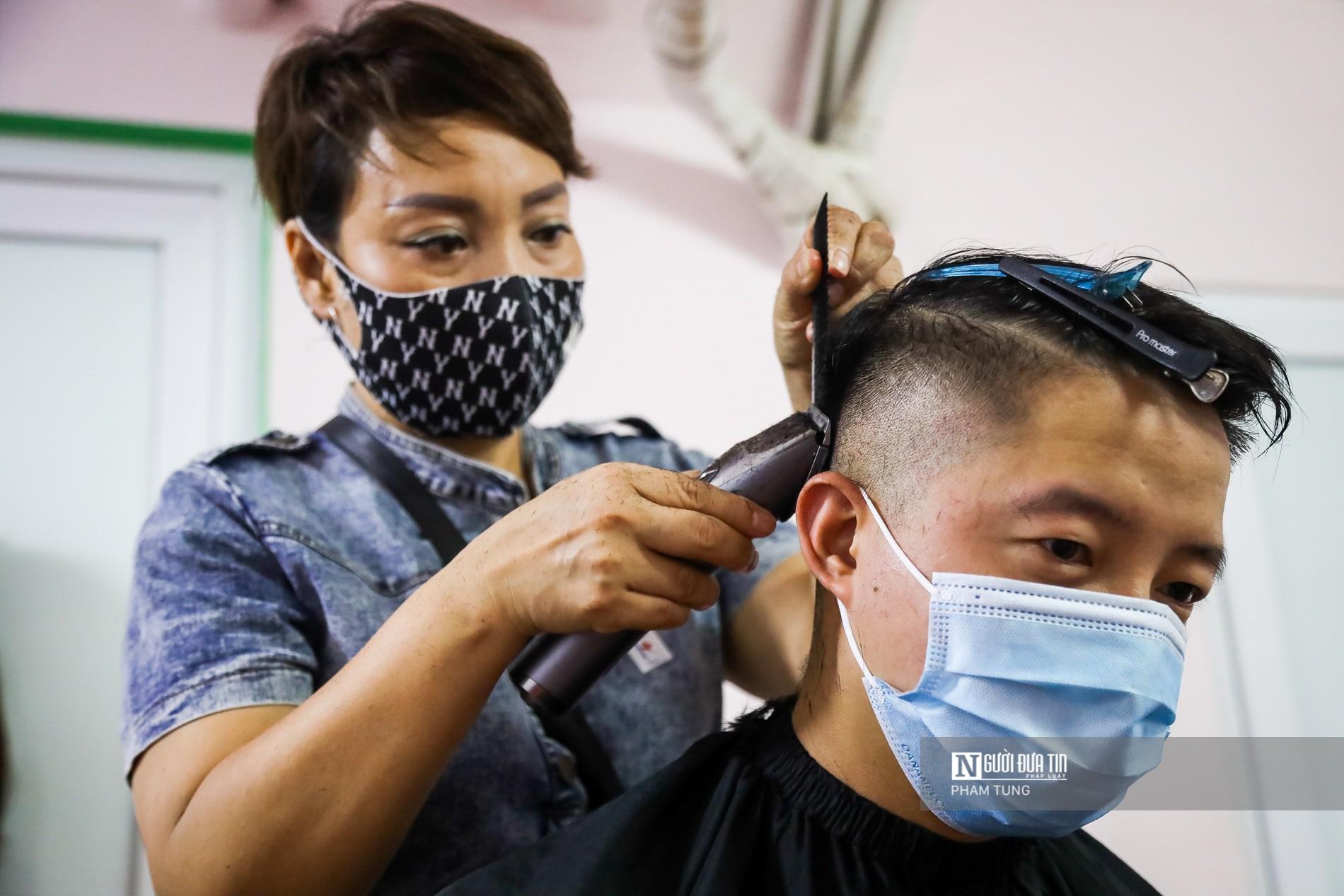 Dân sinh - 11 'tay kéo' cắt tóc miễn phí cho y, bác sĩ lên đường chống dịch (Hình 10).