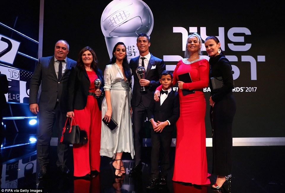 Clip: Khoảnh khắc Ronaldo trở thành cầu thủ xuất sắc nhất năm 2017 - Hình 4