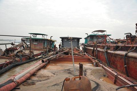 Điểm nóng - Bắt quả tang 5 tàu khai thác cát trái phép tại ngã ba sông