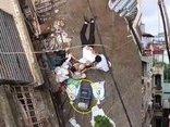 Tin nhanh - Người đàn ông xui xẻo nhập viện vì bị xe rùa rơi từ tầng 5 xuống trúng người
